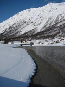 Curiosa imagen de la playa donde se aprecia una línea de cuando las mareas son vivas y otra de las mareas normales. Foto pueblo de Oldervik Marzo 2010.