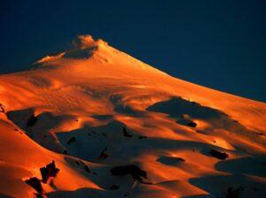 Atardecer en el Volcán Villarrica. Su humeante cráter nos hace recordar que esta vivito y coleando. Octubre del 2.006.