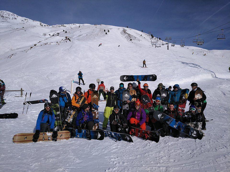 gente en la montaña para practicar splitboarding