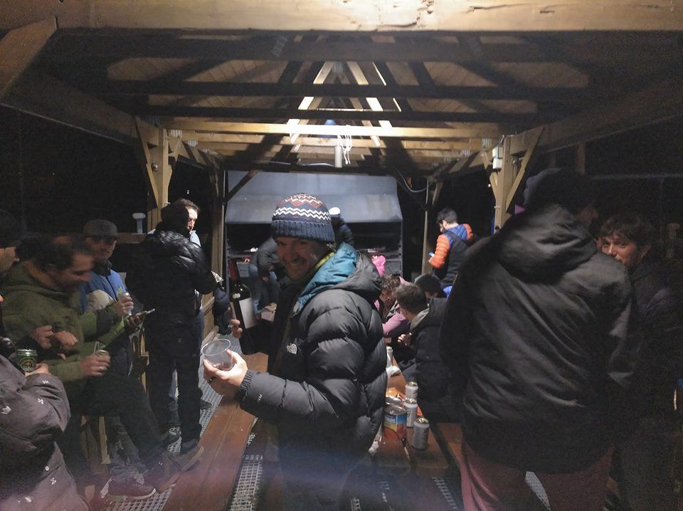 Gente en refugio de montaña