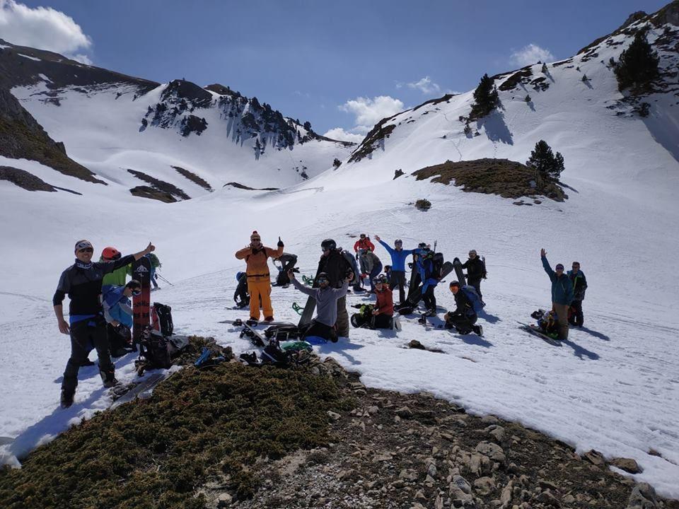 gente subiendo una montaña nevada con una tabla de splitboard marca Mendiboard